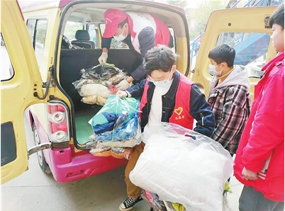 輝縣市社工攜手大學生捐棉衣送溫暖