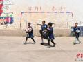 """四川凉山:""""云端小学""""彝族孩子迎来足球""""第一课"""""""